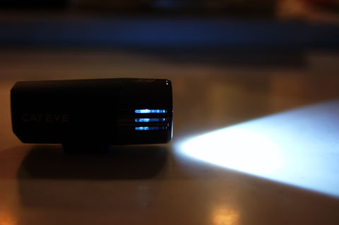 レンズ横のスリットから光が漏れます。まぁ,大した量ではないですが......。