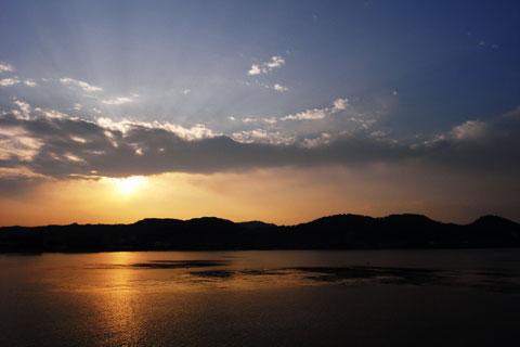 朝しか会えない風景もあります@逗子海岸
