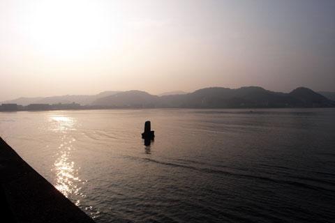 逗子海岸。真ん中の岩は「不如帰」の碑です。