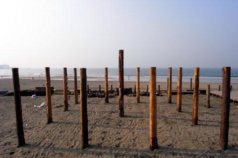 御柱(?)だけが残る由比ヶ浜の海の家跡地。また来年のお越しを~