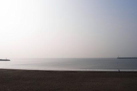 片瀬海岸。犬を連れて散歩をしている人がいます。静かだなぁ……。