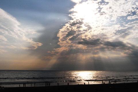 秋のまだら雲の隙間から光線が海に差し込む。毎年,秋にはこの景色が見られます。