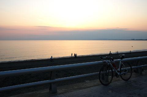 海辺の道はとっても景色が良いんだけど,自転車が砂まみれになるのが難点(T_T)