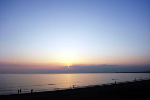 あぁ,もうすぐ日が落ちる。空の色が赤から薄い青に変わっていきます。