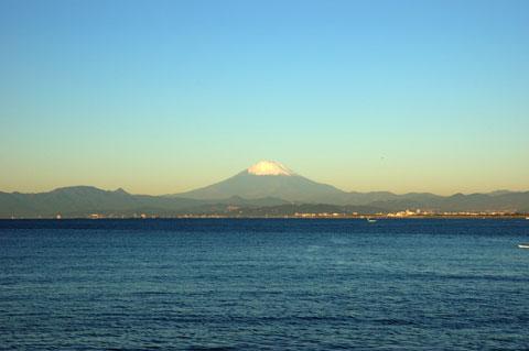 富士山もてっぺんが雪化粧です。