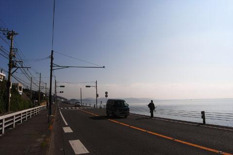 鎌倉高校前駅付近。平日昼間は車も少なく,初心者も車道を走れます。