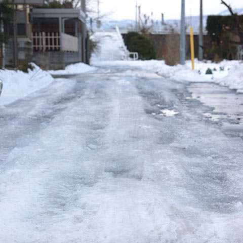 路面はカチカチに凍っています。お~寒!