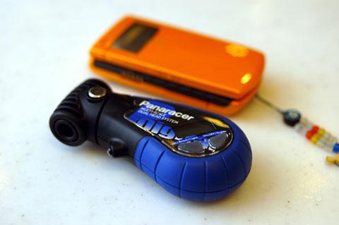 携帯電話よりちょいとデカイ大きさ。もうちょっと小さいといいんだけどナ~