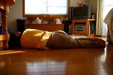 床暖房でごろ寝する次男坊。おいらも,いまこんな状態です・・・。