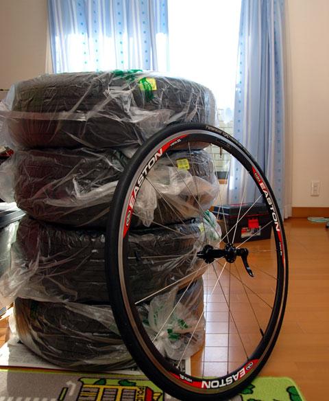 合計80kgの自動車用タイヤと1kg未満のRHC号フロントタイヤ(どちらもホイール込み)