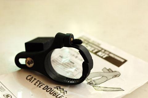 手前のデカイ輪っかをハンドルにはめ,前方に伸びたアームにサイコンを載せるデザイン。