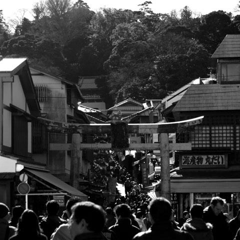 江ノ島神社参道。混んではいますが,八幡宮に比べればマシな感じです。