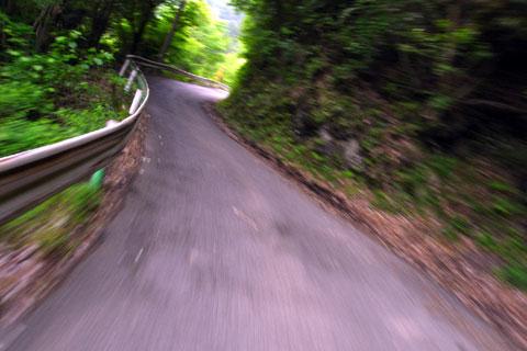 こんなところを超高速で走ってはいけません。(本当は15km/hくらいです)