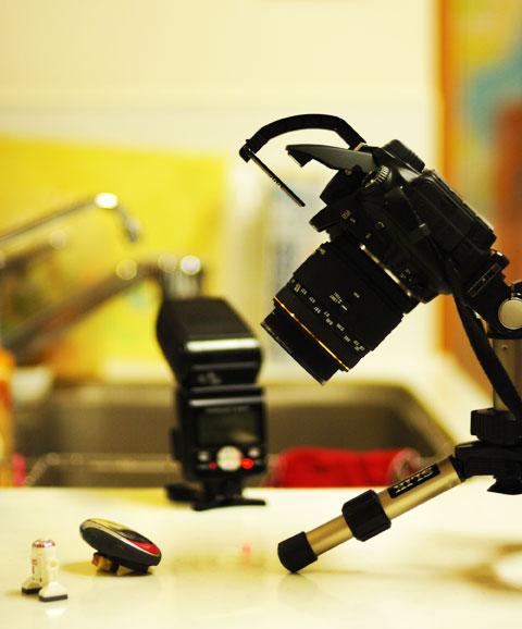 撮影状況はこんな感じ。夜のキッチンで撮っています。背を向けているのが,スピードライトSB800。