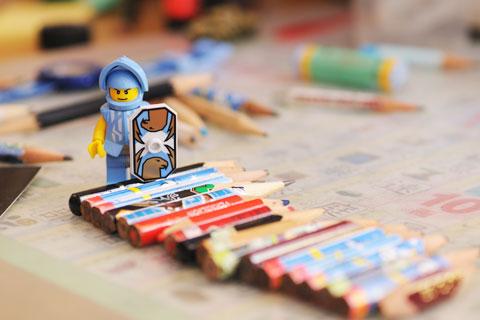 巨大なレゴ人形・・・,ではなく,鉛筆が小さいのです(^^)