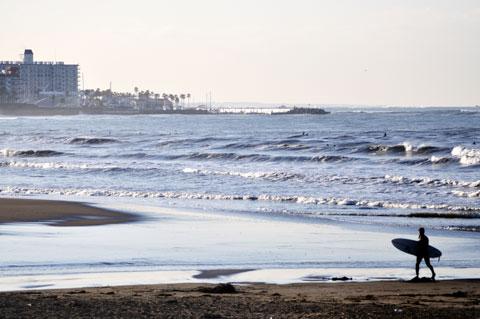 帰り道の由比ヶ浜。風が強いので絶好のサーフィン日和。自転車にはキツイ!