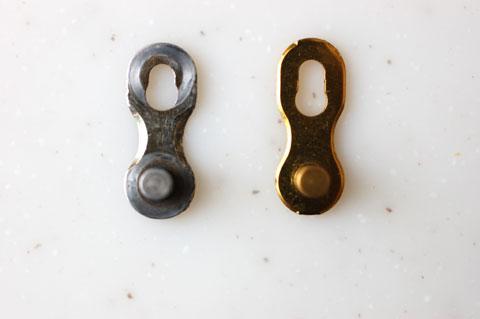 両者はび妙に形状が違います。KMC(右)の方が,穴がちょっと長目です。