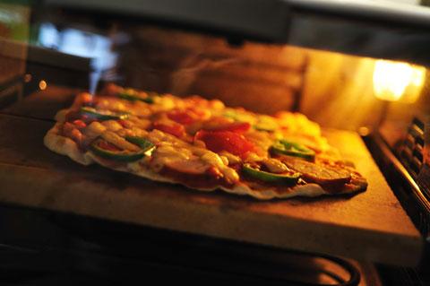 ピザを焼く。デロンギのピザストーン&オーブンが活躍。