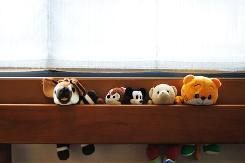 もう外は明るい。ズーラシアのオカピ人形(左端)が「おはよう」していた。