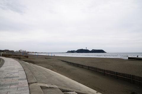 海の上に,ゴマのように小さく浮かんでいるのはサーファーです。砂浜には誰もいません・・・。