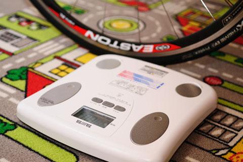 TANITAの体脂肪計付きヘルスメーター「BF-046-WH」。100g単位で測れて3230円ナリ。