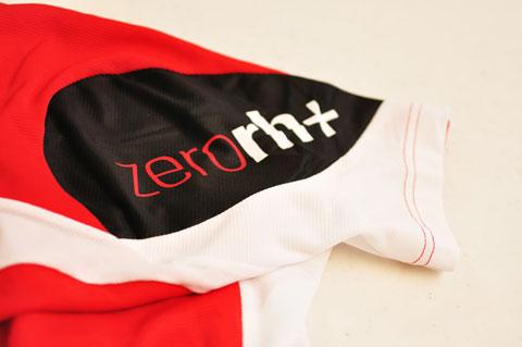 なんか,かっこええロゴ。zerorh+のジャージです(^^)