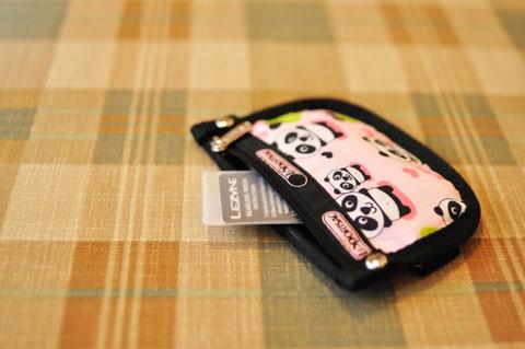 財布からコンニチハする「LEZYNE」のロゴ。一体なんでしょう・・・?