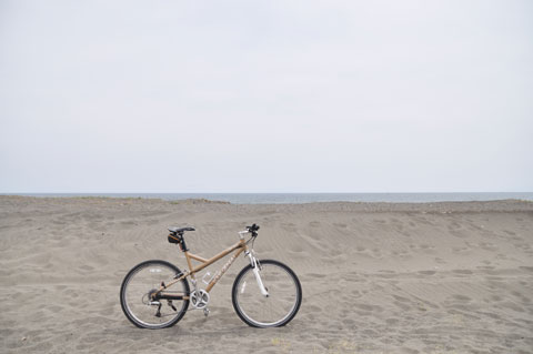 砂浜の風景に溶け込むLGS SIX号。タイヤもモカなら完璧なんだけど・・・(^^)