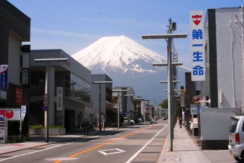 富士吉田の町から見た富士山。この山の5合目まで登るとは・・・。好きですなぁ(^^)