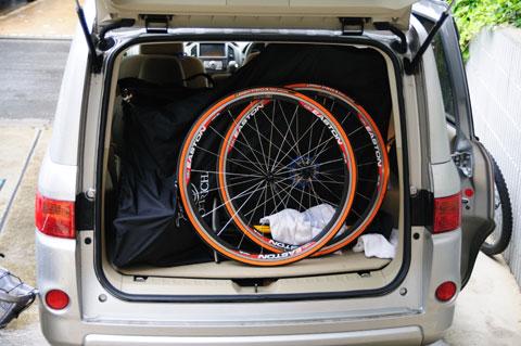 家族4人の旅行用品を入れ,最後にRHC号とホイールで蓋をする感じの荷物の入れ方です。