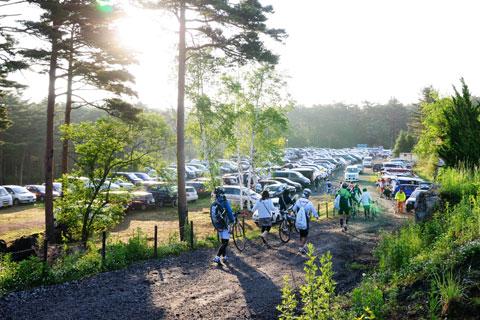 申し込みが遅かったせいか,富士ヒルクラは砂利駐車場でした・・・。
