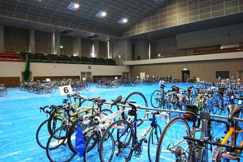自転車を預かってくれる体育館の様子。場所も指定され,ゼッケンと照合ですから盗難も大丈夫そうです。