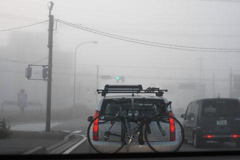 当日朝は,信号も見えないほどの濃霧。道を走るほとんどの車がヒルクライマーです(^^)