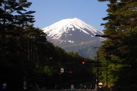 計測開始ポイントまで走り,目的地の富士山を見上げる。嫌でも気分は高まります(^^)