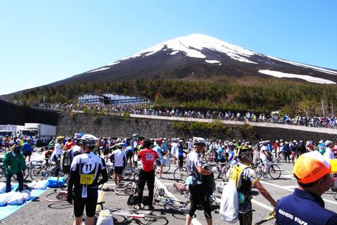無事5合目到着~(^^) ここが標高2300mとは思えない,たくさんの自転車(^^)