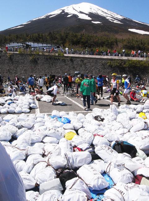 ものすごいゴミの山,いや,下山用荷物袋の山です。