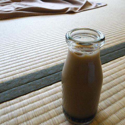 温泉を出たら,日本人ならやっぱり「コーヒー牛乳」。おいしかった~♪