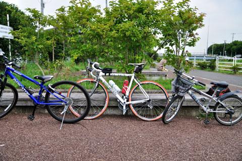今日は♂3人でサイクリング。まずは,境川CR入り口で一休み。