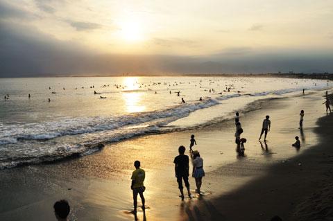 新江ノ島水族館前の砂浜。今日は波が高いので,絶好のサーフィン日和です。