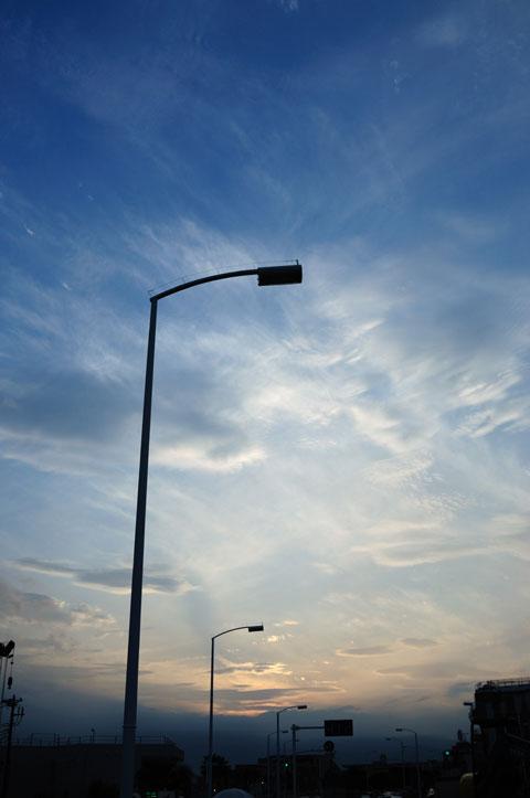 空も暗くなってきました。街灯がともると,もっといい感じで撮れると思うんだけどなぁ・・・。