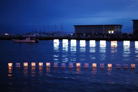 船に引っ張られ河口に向かっていく灯籠の列。(が,また戻ってきて龍口寺に帰っていきます)