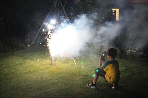 命がけ(?)で花火写真を撮るユウキチ。こんなしょうもない写真でも家族にとっては大切なのです(^^)