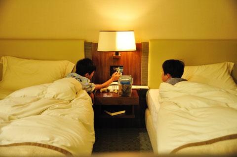 カブトムシを見ながらベッドに入るチビ達。寝るまで写真を撮れる(^^)