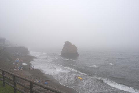 体中を湿らせつつ,立石公園に到着~。濃霧・強風の中,海水浴をする人達がいました(すごすぎる・・・)