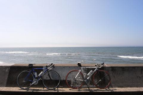 いつもの七里ヶ浜でパチリ。ようやく夏らしくなってきたぞ!