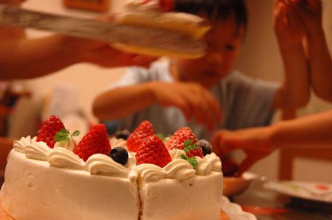 ユウキチさん誕生日。ケーキを分割する前から奪い合いになっている(笑)