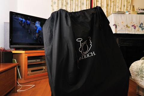 ジロのビデオを見ながら輪行パックの練習中(^^)