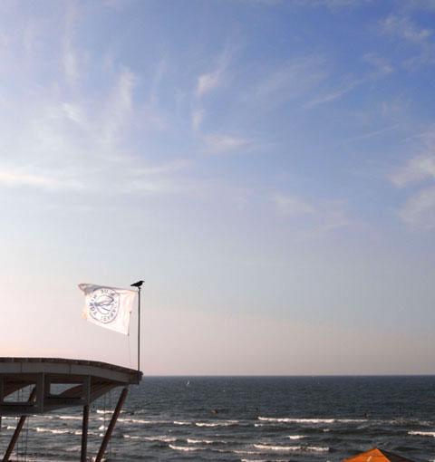由比ヶ浜は風が強くてサーフィン日和。空が秋っぽくなってきた?