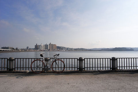 久しぶりに渡った江ノ島から,本土(?)を望む。