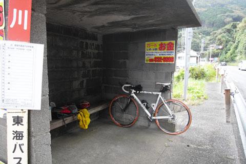 親切なバス停で雨宿り中のRHC号。大量の食品を食べて軽量化&エネルギー充填♪